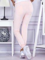 Różowe spodnie dresowe z kieszonką z przodu                                  zdj.                                  2