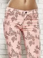 Różowe spodnie rurki w kwiaty Funk n Soul                                  zdj.                                  5