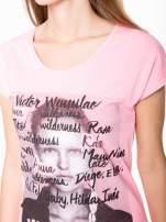 Różowy t-shirt z nadrukiem twarzy i napisem WHOM?                                  zdj.                                  7