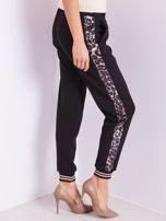 Czarne spodnie dresowe z lampasami                                  zdj.                                  7