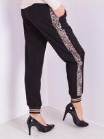 SCANDEZZA Czarne spodnie z cętkowanym lampasem                                  zdj.                                  1