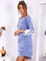 Niebieska sukienka oversize z cekinami w malarski deseń                                  zdj.                                  4