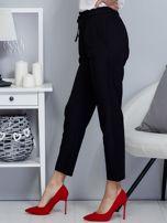 Spodnie czarne lejące z paskiem                                  zdj.                                  3
