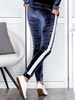 Spodnie dresowe aksamitne z jasnymi lampasami ciemnoszare                                  zdj.                                  2