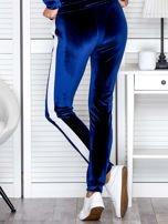 Spodnie dresowe aksamitne z jasnymi lampasami granatowe                                  zdj.                                  2