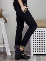 Spodnie dresowe czarne z błyszczącymi lampasami                                   zdj.                                  5