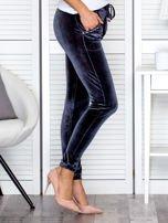 Spodnie dresowe welurowe z diamencikami przy kieszeniach ciemnoszare                                  zdj.                                  5