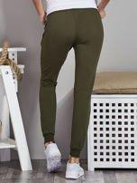 Spodnie dresowe ze ściągaczami i troczkami khaki                                  zdj.                                  2