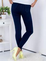 Spodnie granatowe jeansowe high waist ze stretchem                                  zdj.                                  2