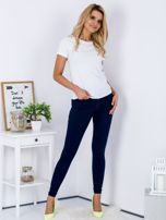 Spodnie granatowe jeansowe high waist ze stretchem                                  zdj.                                  4
