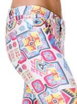 Spodnie jeasnowe rurki z nadrukiem aztec print                                  zdj.                                  6