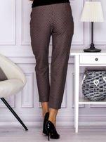Spodnie materiałowe w drobny wzór brązowe                                  zdj.                                  2