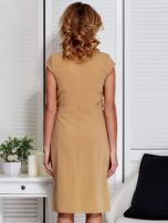 Sukienka beżowa z drapowaniem i ozdobnym kwiatem                                  zdj.                                  2