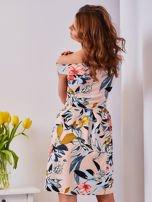 Sukienka brzoskwiniowa w roślinne wzory z kontrafałdami                                  zdj.                                  2