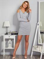 Sukienka cold shoulder w wypukłe paski jasnoszara                                  zdj.                                  4