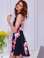 Sukienka czarna w duże kolorowe kwiaty                                  zdj.                                  5