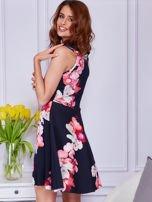 Sukienka czarna w duże kolorowe kwiaty                                  zdj.                                  6