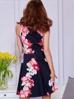 Sukienka czarna w duże kolorowe kwiaty                                  zdj.                                  2