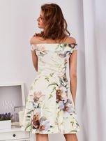 Sukienka ecru odsłaniająca ramiona w malarski deseń                                  zdj.                                  2