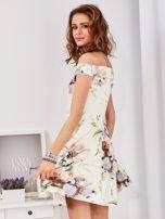 Sukienka ecru odsłaniająca ramiona w malarski deseń                                  zdj.                                  5