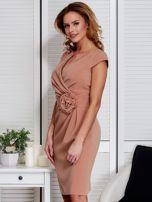 Sukienka jasnobrązowa z drapowaniem i ozdobnym kwiatem                                  zdj.                                  5