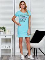 Sukienka jasnoniebieska bawełniana z nazwami miast                                  zdj.                                  4