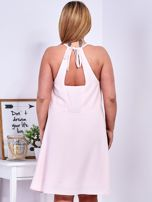 Sukienka jasnoróżowa z ozdobnym dekoltem PLUS SIZE                                  zdj.                                  2
