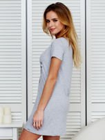Sukienka jasnoszara bawełniana z nadrukiem newspaper                                  zdj.                                  5