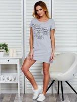 Sukienka jasnoszara bawełniana z nadrukiem newspaper                                  zdj.                                  4