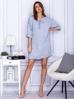 Sukienka jasnoszara o kroju oversize ze sznurowaniem                                  zdj.                                  4