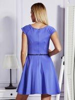 Sukienka koktajlowa z błyszczącym paskiem niebieska                                  zdj.                                  2