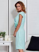 Sukienka miętowa z drapowaniem i ozdobnym kwiatem PLUS SIZE                                  zdj.                                  5