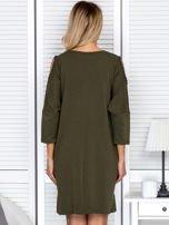 Sukienka oversize z wycięciami na rękawach i perełkami khaki                                  zdj.                                  2