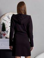 Sukienka z kapturem i ozdobnym paskiem czarna                                  zdj.                                  2