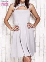 Szara sukienka dresowa z dekoltem cut out z kokardą                                  zdj.                                  1