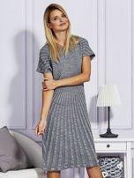 Szara sukienka w tłoczony wzór                                  zdj.                                  5