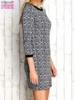 Szara sukienka z abstrakcyjnym nadrukiem                                                                          zdj.                                                                         3