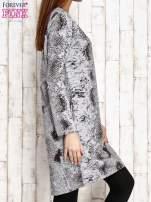 Szara sukienka z motywem skóry węża i brokatową aplikacją                                  zdj.                                  3