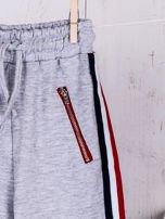 Szare spodnie dresowe dla dziewczynki z taśmą tricolor                                  zdj.                                  4