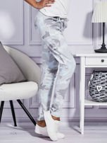 Szare spodnie dresowe w militarny wzór                                  zdj.                                  3