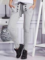 Szare spodnie dresowe z dwoma rzędami guzików                                  zdj.                                  1