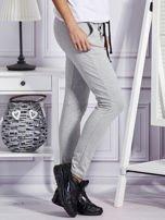 Szare spodnie dresowe z dwoma rzędami guzików                                  zdj.                                  5