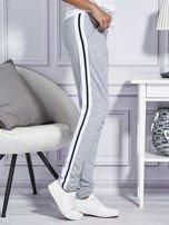 Szare spodnie dresowe z kolorowymi lampasami                                  zdj.                                  3