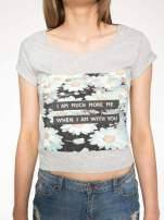 Szary krótki t-shirt z nadrukiem stokrotek i napisem