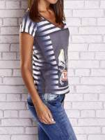 Szary t-shirt w paski i z nadrukiem dziewczyny                                  zdj.                                  3