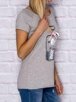 Szary t-shirt z nadrukiem perfum                                  zdj.                                  3