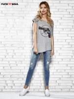 Szary t-shirt z nadrukiem rewolweru Funk n Soul                                  zdj.                                  2