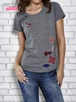Szary t-shirt z naszywkami                                  zdj.                                  1