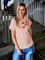 T-shirt damski brzoskwiniowy z naszywkami                                  zdj.                                  1
