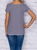 T-shirt damski w drobne paski z naszywkami granatowy                                   zdj.                                  2